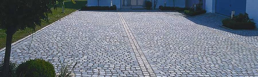 altes Granitpflaster in Reihen verlegt